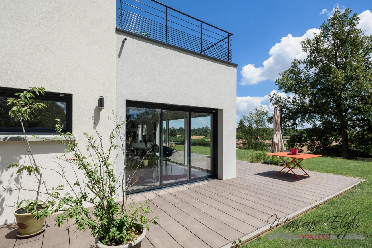 Maison contemporaine l 39 ouest de lyon maisons elytis for Nom d architecte