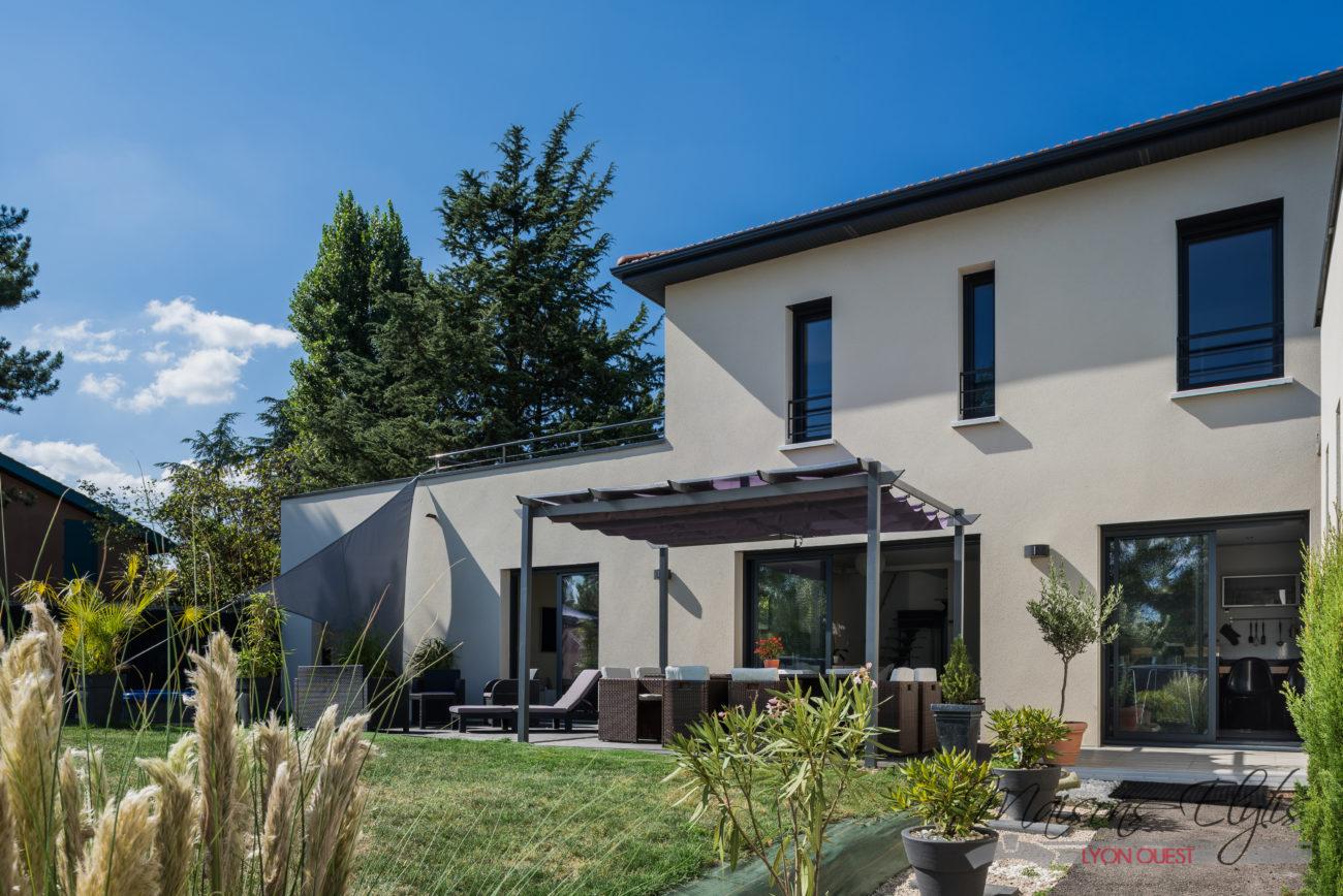 Maison contemporaine l 39 ouest de lyon maisons elytis for Constructeur maison contemporaine lyon